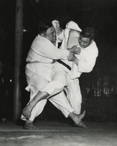 Masahiko Kimura attacked with o soto gari. Teruhisa Hadori defended with kusabi dome. ©The Kodokan Institute